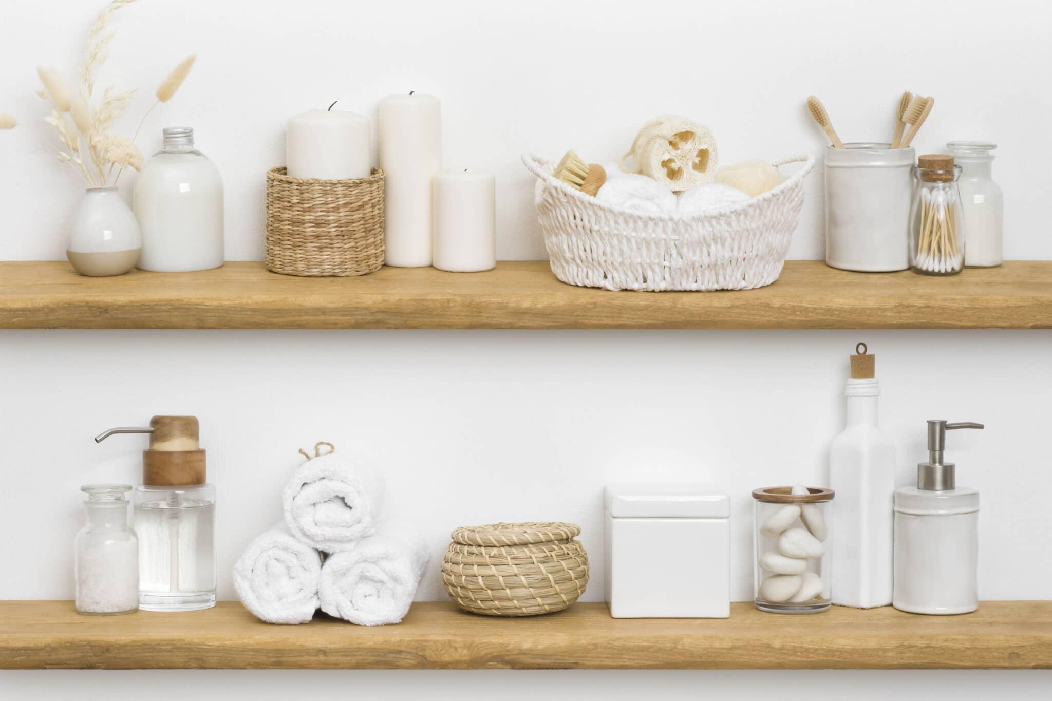 Étagères en bois avec serviettes et produits de bain.