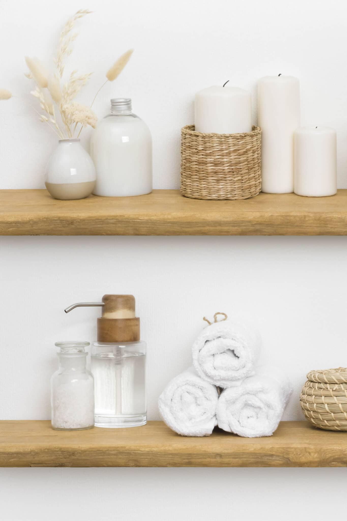 Étagères flottantes en bois utilisées comme petite idée de rangement pour la salle de bain.