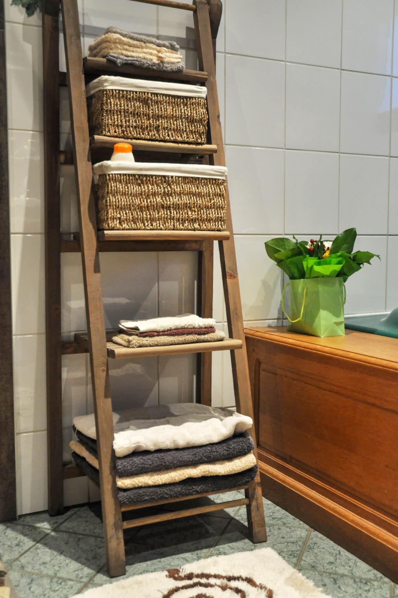 Paniers sur une étagère de salle de bain.
