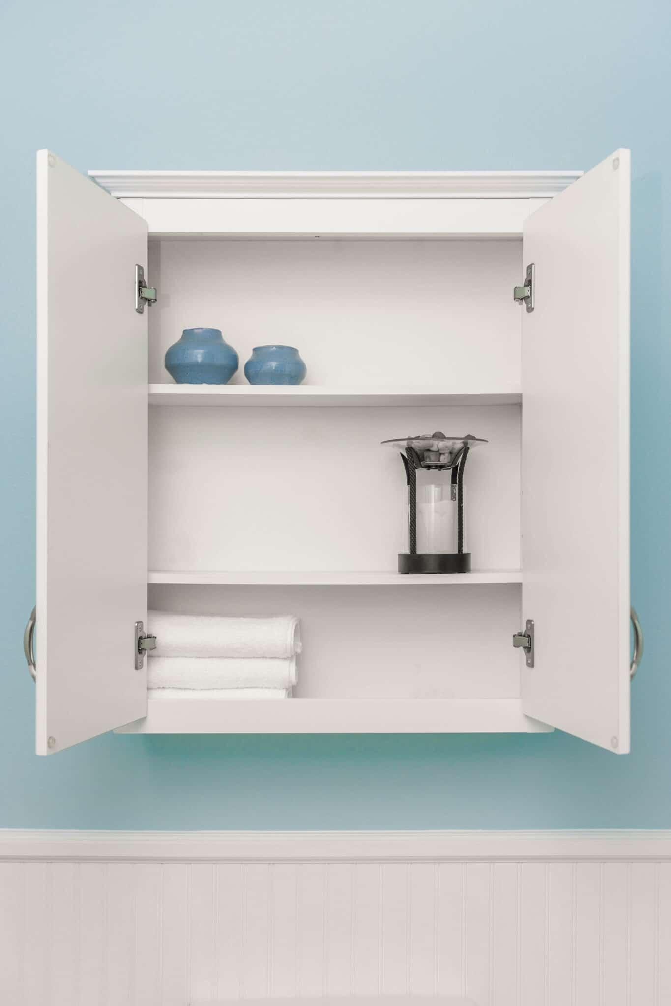 Une armoire à pharmacie ouverte - l'idée de rangement classique pour la petite salle de bain.
