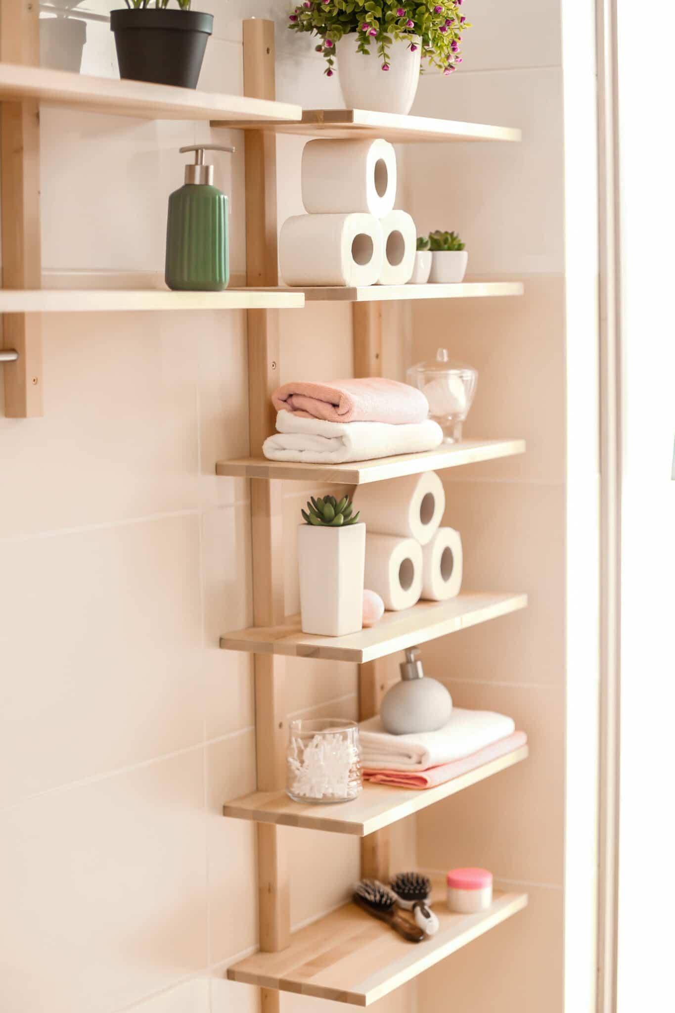 Une grande étagère étroite utilisée comme petite idée de rangement pour la salle de bain.