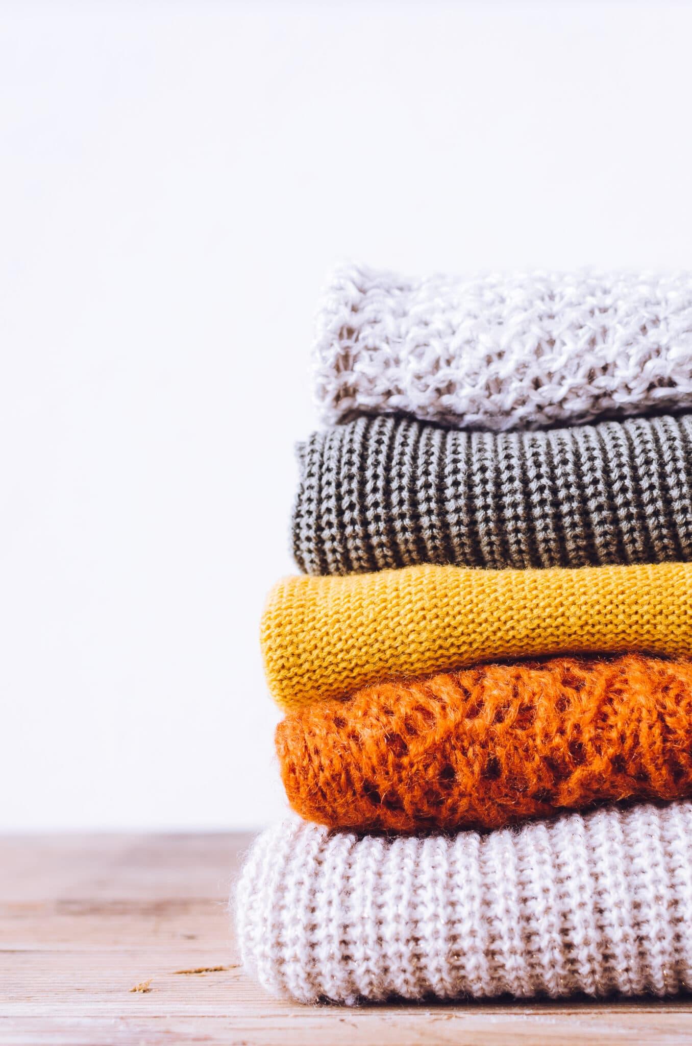 Uma pilha de cobertores cuidadosamente dobrados.
